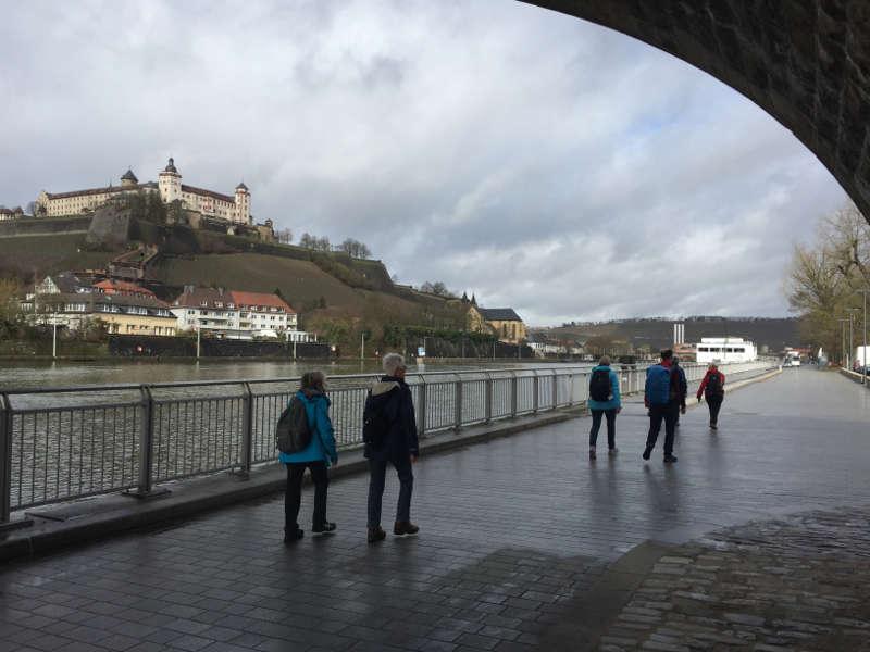 Singles am Main in Würzburg mit Blick auf Festung Marienberg und Käppele Rundwanderweg