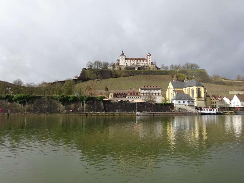 Festung Marienberg vom Main aus in Würzburg Unterfranken Outdoor Aktivität Singles Wandern gemeinsam im März