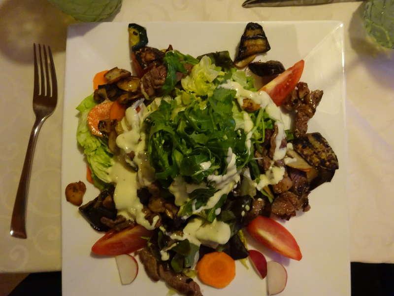 Salat Abendessen beim Italiener in Dettelbach Muskatzine Maria im Sand Wallfahrtskirche Pfarrkirche Main Unterfranken Bayern Outdoor Aktivität Ausgehen