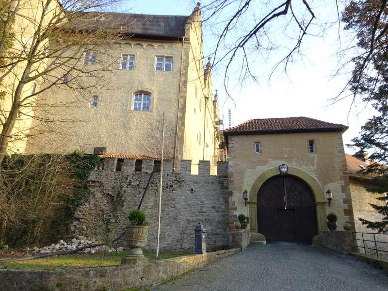 Schloss Mainberg in Schweinfurt im Höllental auf Wanderung für Singles gemeinsam unterwegs mit Rucksack und Wanderschuhen in Bayern Unterfranken Outdoor