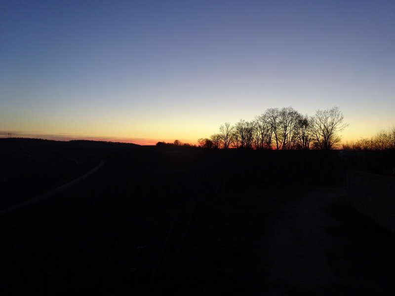 Sonnenuntergang an Weininsel nahe Hallburg Volkacher Mainschleife Unterfranken Singlewanderung Vollmond