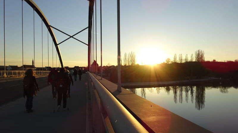 Volkacher Mainbrücke Singlewanderung bei Vollmond mit Sonnenuntergang Unterfranken Bayern Outdoor Aktivität Abendessen Event
