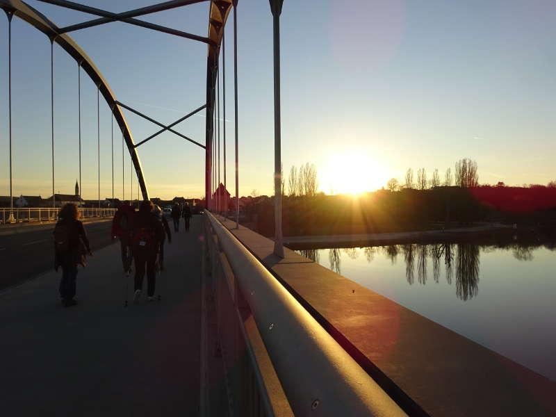 Wanderung über Main Brücke in Volkach Unterfranken Outdoor Aktivität Bayern Singles
