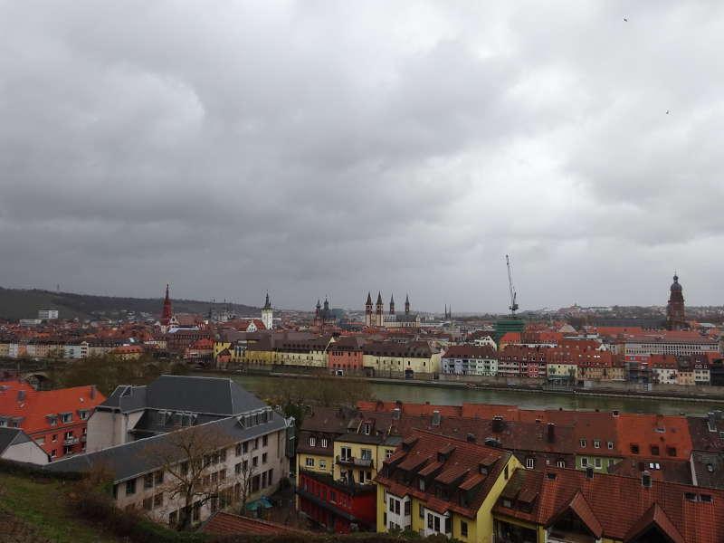 Würzburg Blick auf Kirchen Dom Wohngebiet Singles unterwegs in Unterfranken Bayern Outdoor mit Rucksack und Wanderschuhen im März
