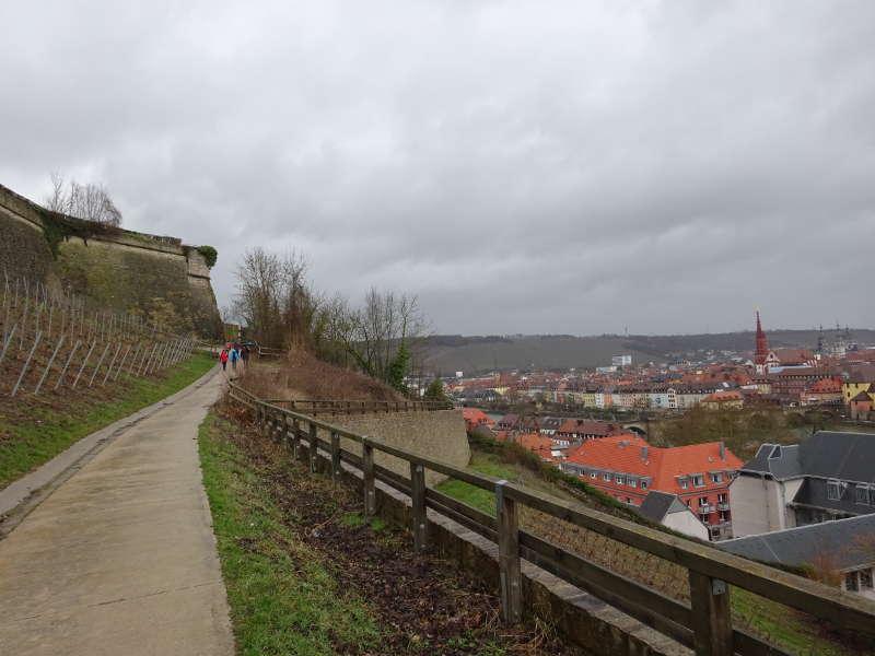 Weinlage an Festung Marienberg Singles Outdoor Aktivität im März Wandern und Genießen