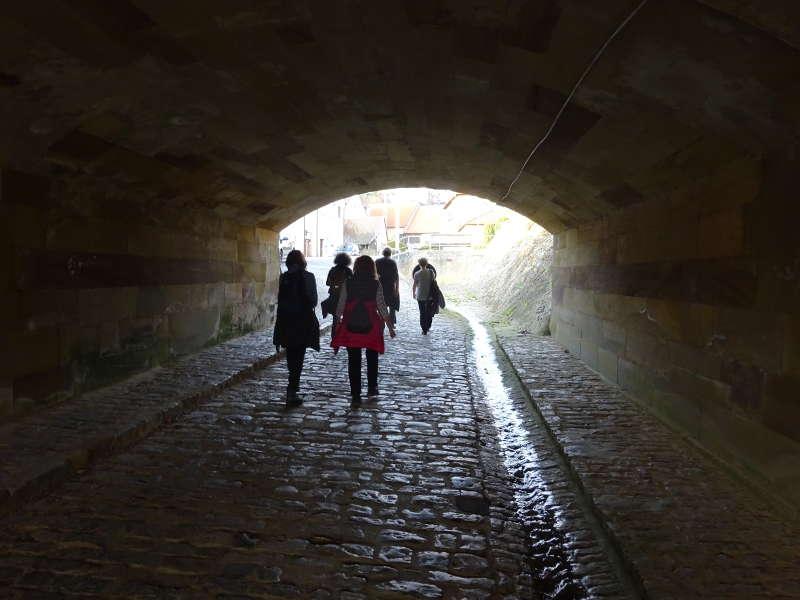 tunnel Wanderung in Mainberg hoch zum Schloss nahe Schweinfurt im Höllental Singleswanderung Aktivität im Outdoorbereich in Bayern Event